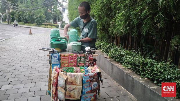 Turn off for: IndonesianAriswanto menjajakan kopi keliling sejak Senin (8/6) usai rumah makan tempatnya bekerja di Jakarta terancam bangkrut akibat terdampak virus corona.
