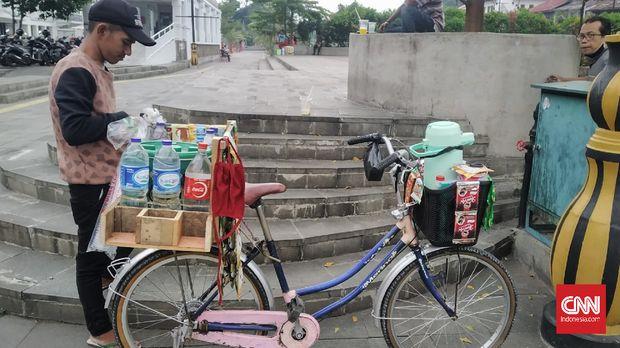 Lelah kucing-kucingan dengan Satpol PP, Arief memilih berjualan kopi keliling di Jakarta selama pandemi virus corona.