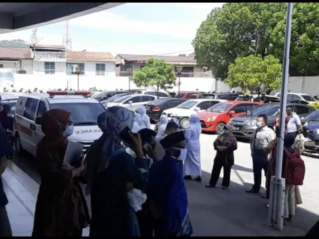 Video Pasien RS di Padang Dievakuasi Saat Gempa M 5,7
