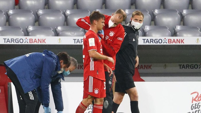 MUNICH, GERMANY - JUNE 10: Joshua Kimmich of Bayern Munich receives medical attention after sustaining an injury during the DFB Cup semifinal match between FC Bayern Muenchen and Eintracht Frankfurt at Allianz Arena on June 10, 2020 in Munich, Germany. (Photo by Kai Pfaffenbach/Pool via Getty Images)