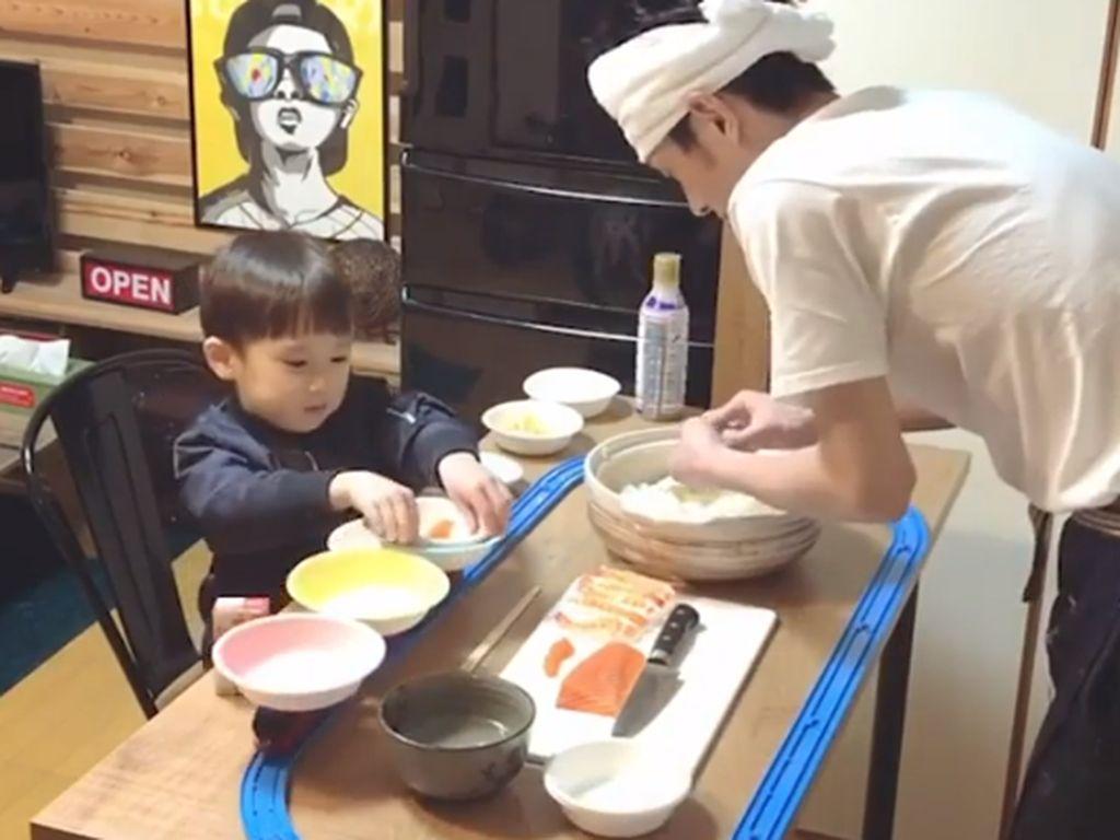 Ayah dan Anak Bikin Restoran Sushi Pakai Conveyor Belt dari Kereta Mainan