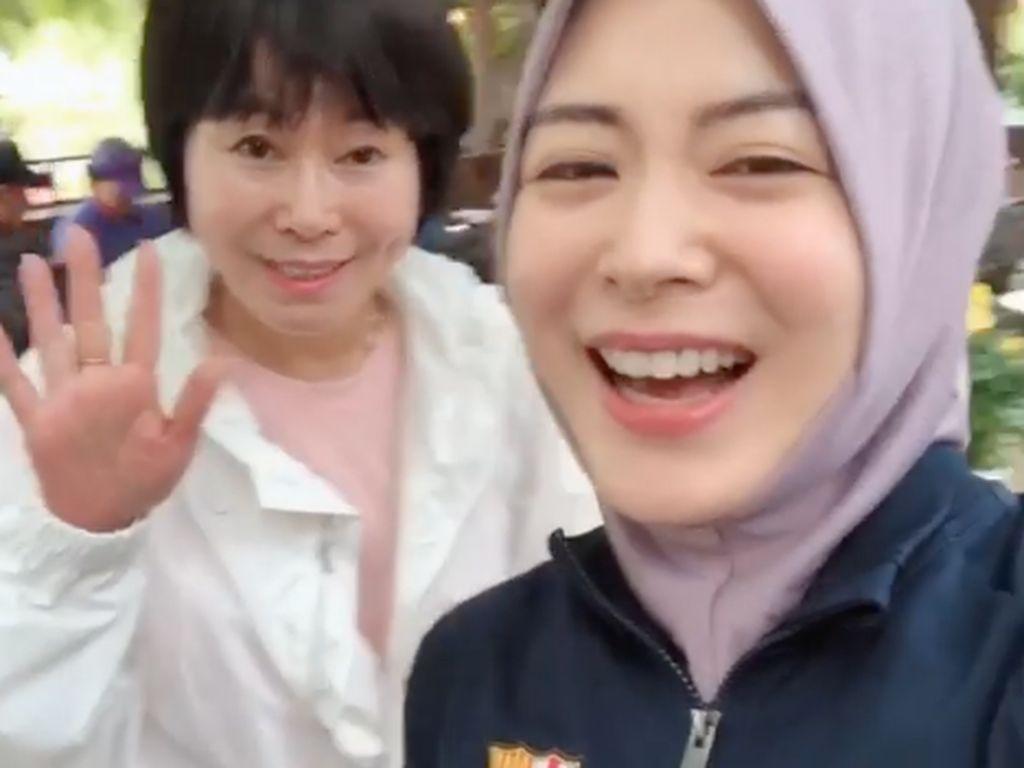 Ayana Moon Ajak Ibunda ke Masjid Seoul, Mau Jadi Mualaf?