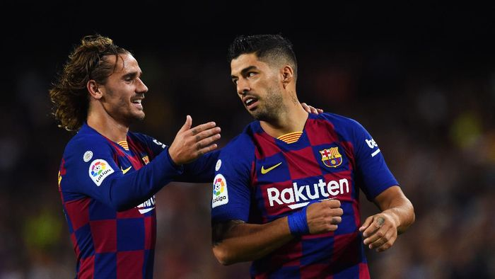 BARCELONA, SPAIN - SEPTEMBER 14:  Luis Suarez of FC Barcelona celebrates as he scores his teams fourth goal with Antoine Griezmann during the Liga match between FC Barcelona and Valencia CF at Camp Nou on September 14, 2019 in Barcelona, Spain. (Photo by Alex Caparros/Getty Images)