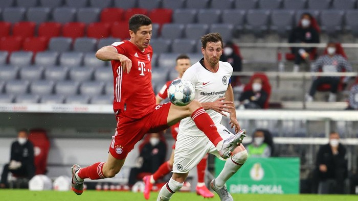 MUNICH, GERMANY - JUNE 10: Robert Lewandowski of Bayern controls the ball during the DFB Cup semifinal match between FC Bayern Muenchen and Eintracht Frankfurt at Allianz Arena on June 10, 2020 in Munich, Germany. (Photo by Kai Pfaffenbach/Pool via Getty Images)