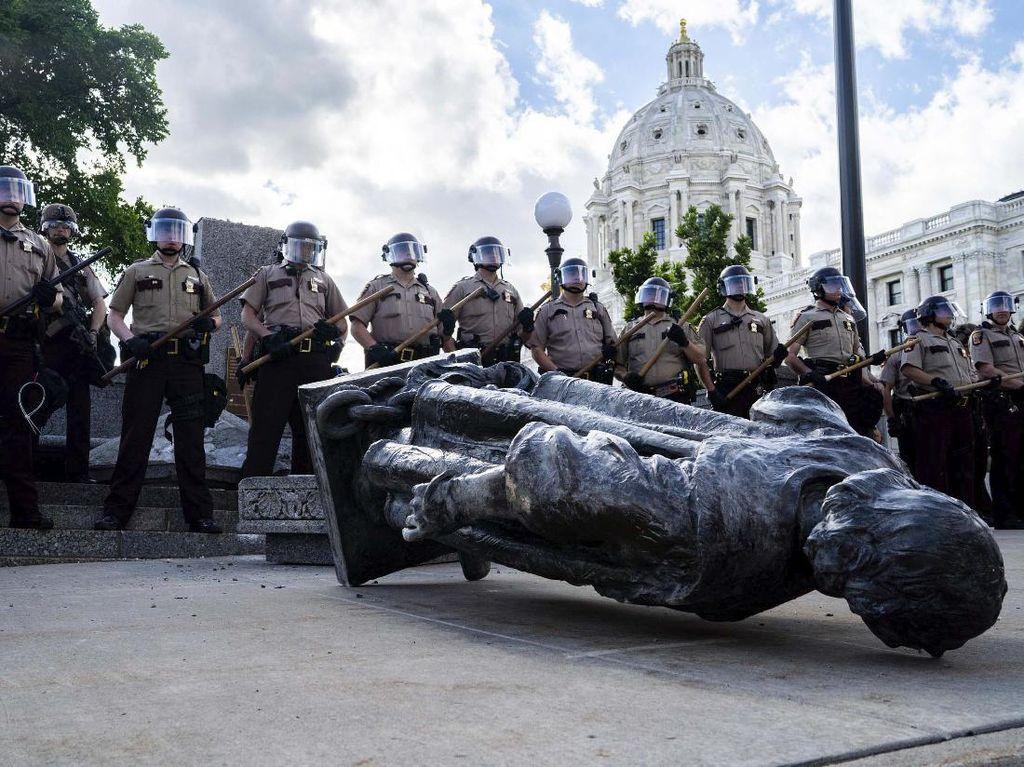 Hendak Robohkan Patung Simbol Rasisme, Demonstran di AS Ditembak