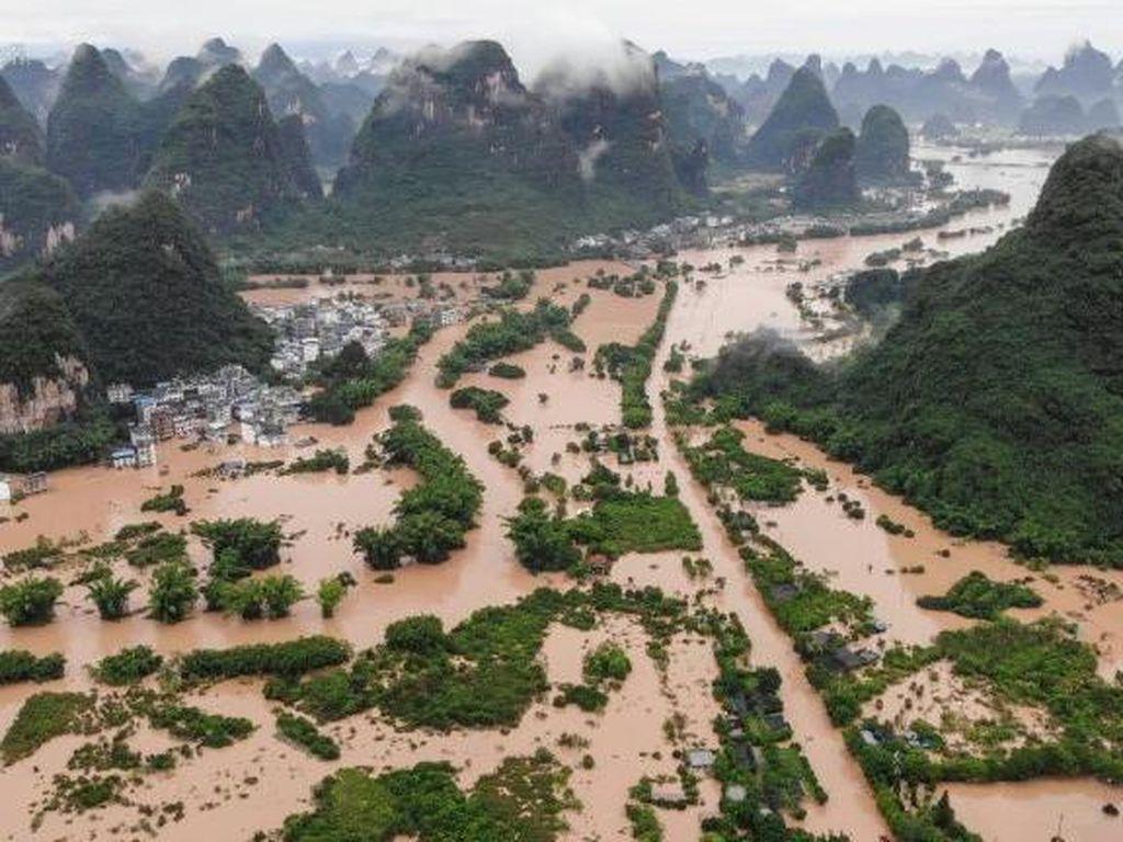 China Dilanda Banjir dan Tanah Longsor, Ratusan Ribu Orang Mengungsi
