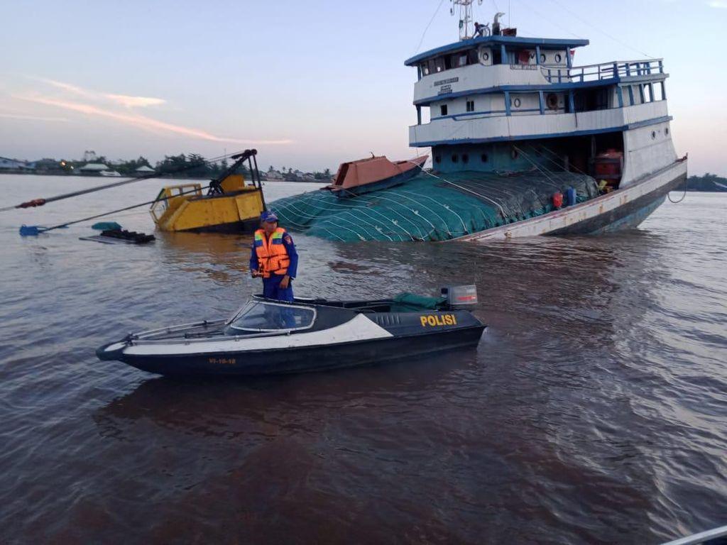 Berpapasan dengan Kapal Lain, KLM Bermuatan Pupuk Kandas di Sungai Kapuas