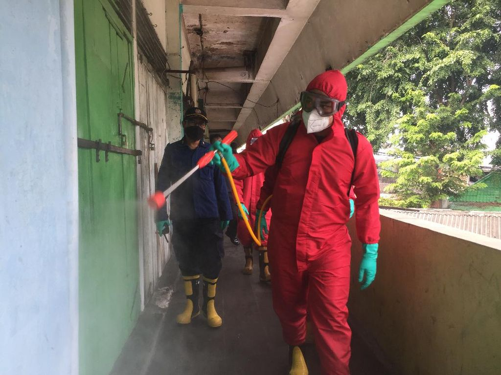 14 Pedagang Positif Corona, Pasar Kerbau Jakpus Disemprot Disinfektan