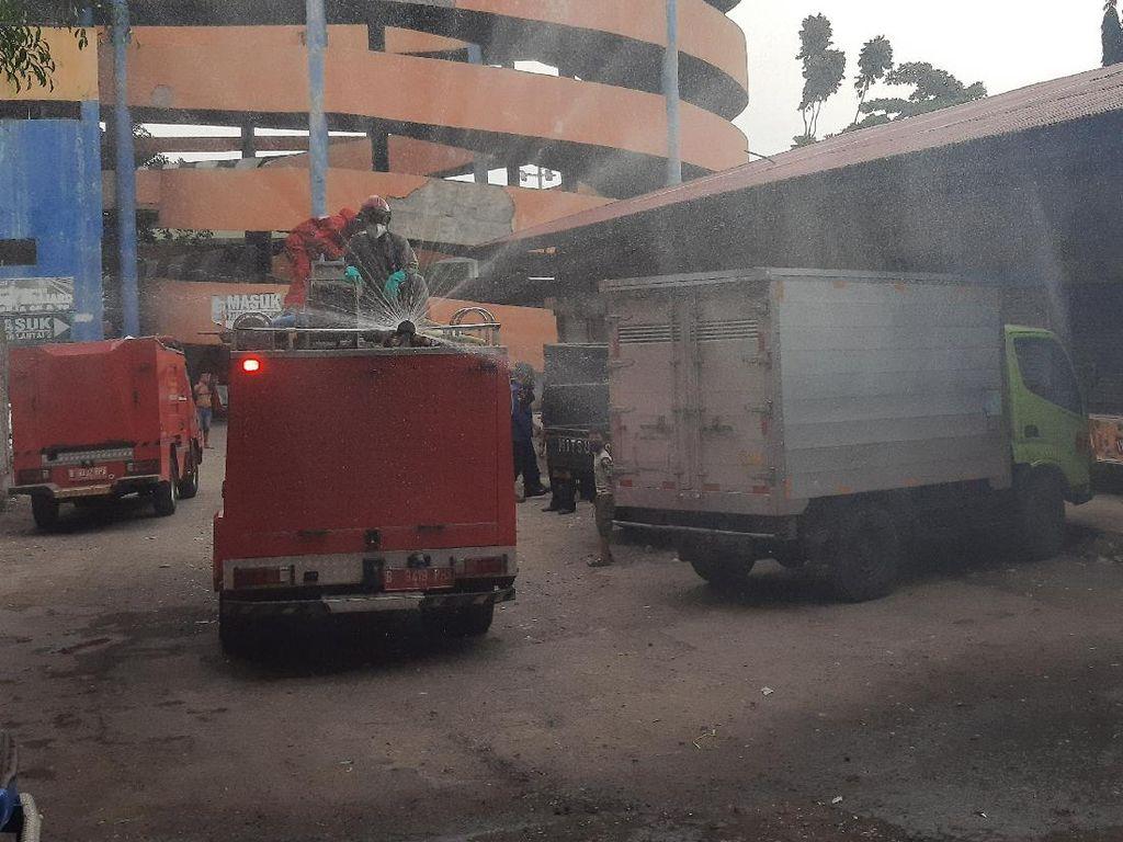 20 Pedagang Kena Corona, Pasar Perumnas Klender Kembali Disemprot Disinfektan