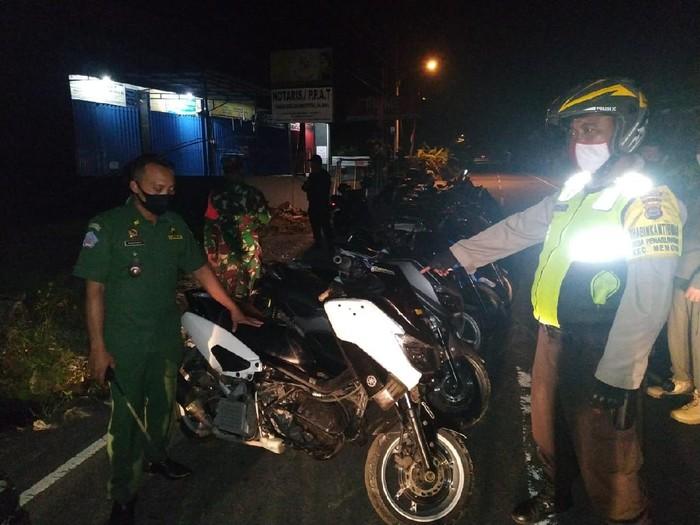 Polisi membubarkan aksi balap liar di Mengwi, Badung, Bali.