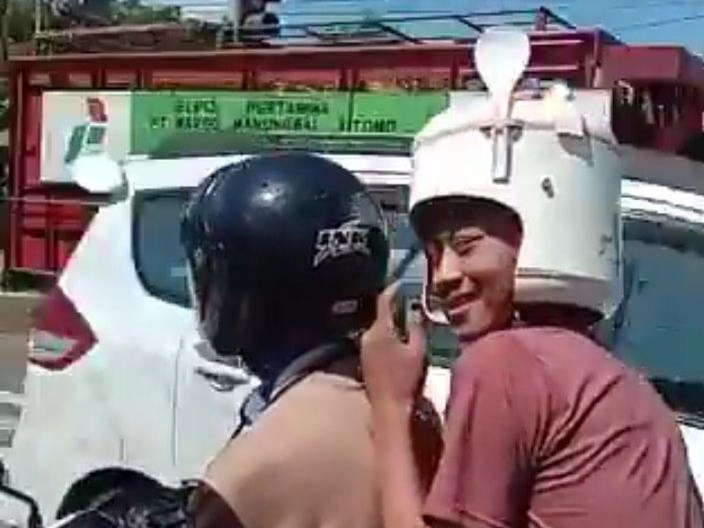 Pria Naik Motor Pakai Helm Rice Cooker, Netizen: Dicolokin Mateng Tuh Pala