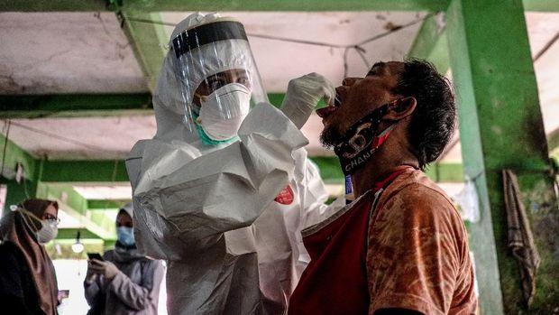 Petugas mengambil sampel cairan dari hidung dan tenggorokan pedagang saat mengikuti swab test di Pasar Pagi, Kota Pangkalpinang, Kepulauan Bangka Belitung, Kamis (11/6/2020). Presiden Jokowi menargetkan pemeriksaan spesimen tes PCR (polymerase chain reaction) COVID-19 mencapai 20 ribu per hari. ANTARA FOTO/Anindira Kintara/Lmo/aww.
