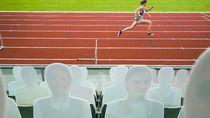 Disaksikan Penonton Kardus, Atlet Ini Tetap Semangat Bertanding