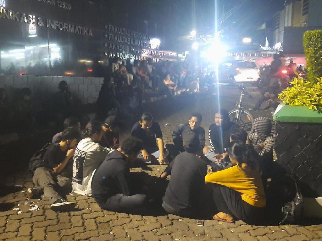 Mahasiswa Unas Demo soal Uang Kuliah di Tengah Pandemi, Sempat Bakar Ban