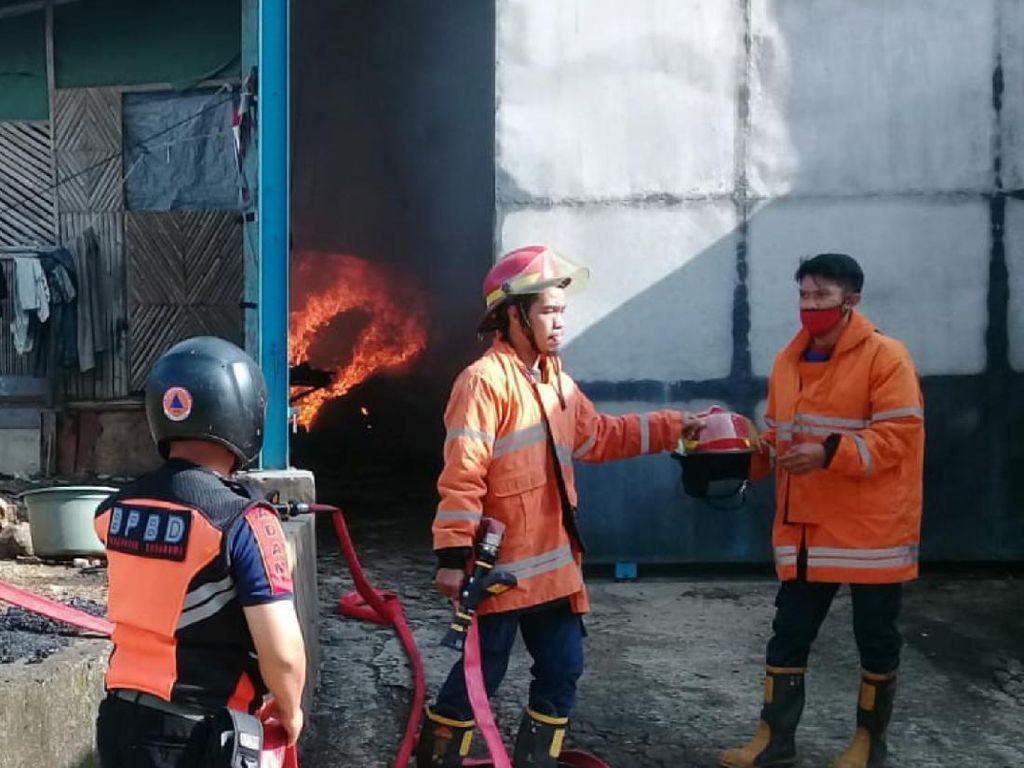 Pabrik Kasur di Sukabumi Ludes Terbakar