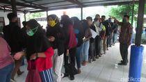 Tanpa Jaga Jarak, Pencari Kerja di Subang Antre Bikin Kartu Kuning