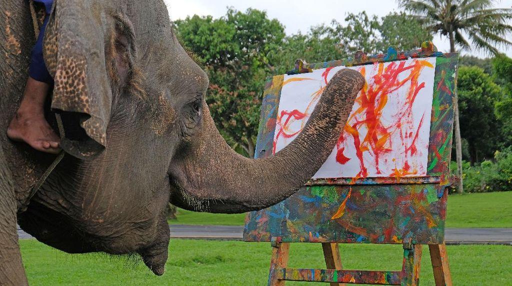 Seru Banget! Yuk, Intip Gajah Melukis di Candi Borobudur