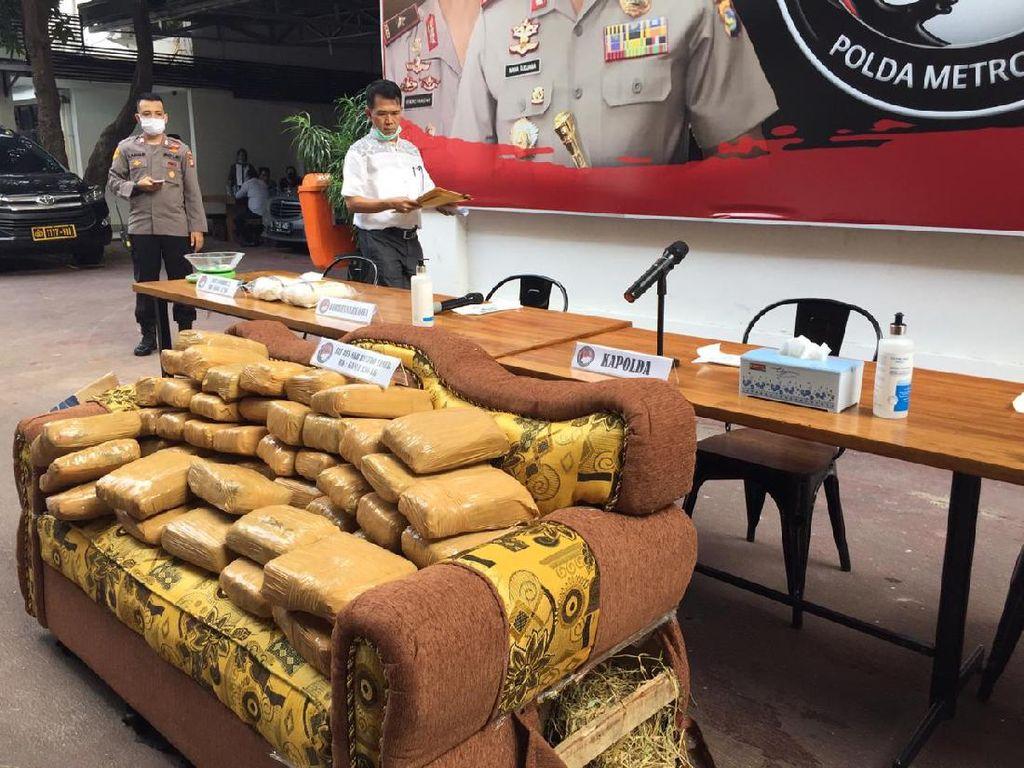 Polda Metro Bongkar Penyelundupan 336 Kg Ganja dalam Sofa
