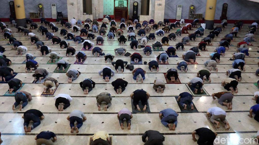 Momen Ribuan Jemaah Salat Jumat di Masjid Raya Bandung
