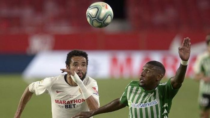 Sevillas Moroccan forward Youssef En-Nesyri (L) challenges Real Betis Brazilian defender Emerson Aparecido during the Spanish League football match between Sevilla FC and Real Betis at the Ramon Sanchez Pizjuan stadium in Seville on June 11, 2020. (Photo by CRISTINA QUICLER / AFP)
