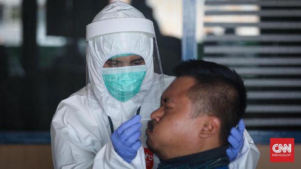 Petugas medis dari Puskesmas Pulogadung mengambil tes swab bagi pedagang dan pengunjung di Pasar Rawamangun, Jakarta, Jumat, 12 Juni 2020. Hal ini untuk mengantisipasi penyebaran virus corona di Pasar Rawamangun. CNNIndonesia/Safir Makki