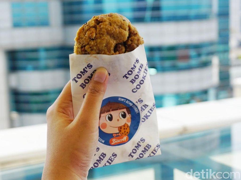 Toms Bomb Cookies : Ngemil Soft Cookies Triple Choco dan Biscoff yang Gooey