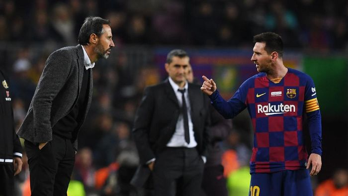 BARCELONA, SPAIN - DECEMBER 07: Lionel Messi of FC Barcelona has words with Vicente Moreno, Head Coach of RCD Mallorca during the Liga match between FC Barcelona and RCD Mallorca at Camp Nou on December 07, 2019 in Barcelona, Spain. (Photo by Alex Caparros/Getty Images)