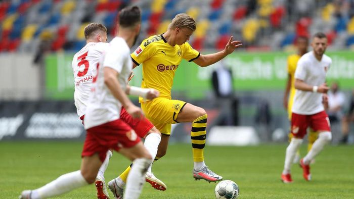 DUESSELDORF, GERMANY - JUNE 13: Erling Haaland of Borussia Dortmund battles for the ball with Andre Hoffmann of Fortuna Dusseldorf during the Bundesliga match between Fortuna Duesseldorf and Borussia Dortmund at Merkur Spiel-Arena on June 13, 2020 in Duesseldorf, Germany. (Photo by Lars Baron/Getty Images)