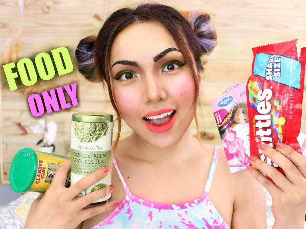 Kreatif! 5 YouTuber Ini Pakai Make Up dari Tepung Sampai Kecap