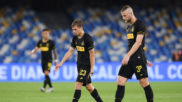 NAPLES, ITALY - JUNE 13: Nicolò Barella and Milan Skriniar of FC Internazionale leave the pitch disappointed after the Coppa Italia Semi-Final Second Leg match between SSC Napoli and FC Internazionale at Stadio San Paolo on June 13, 2020 in Naples, Italy. (Photo by Francesco Pecoraro/Getty Images)