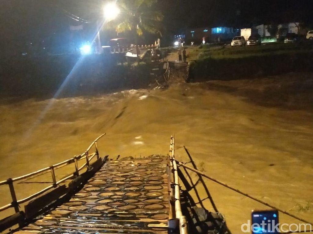 Jembatan Darurat di Bogor Ambruk Diterjang Luapan Sungai Cidurian