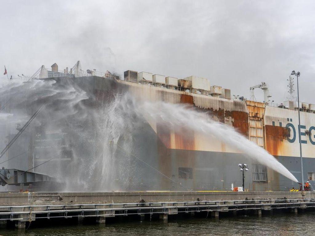 Kapal Kargo Terbakar, Ribuan Mobil Bekas Meleleh Dilahap Si Jago Merah