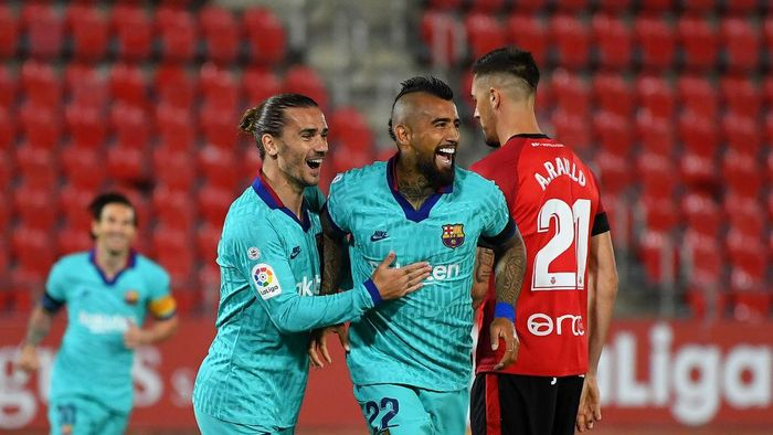 MALLORCA, SPAIN - JUNE 13: Arturo Vidal of FC Barcelona celebrates after scoring his teams first goal with Antoine Griezmann of FC Barcelona during the La Liga match between RCD Mallorca and FC Barcelona at Estadio de Son Moix on June 13, 2020 in Mallorca, Spain. (Photo by David Ramos/Getty Images)
