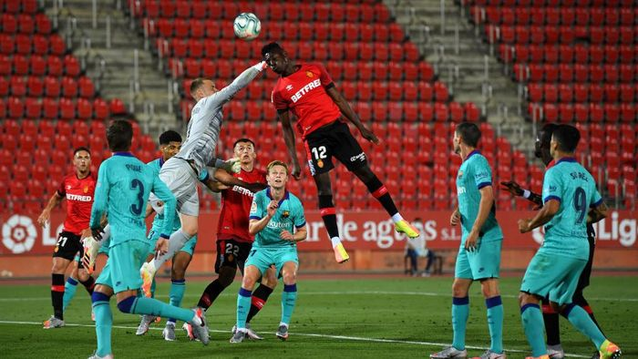 MALLORCA, SPAIN - JUNE 13: Iddrisu Babav of RCD Mallorca battles for possession with Marc-Andre ter Stegen of FC Barcelona during the La Liga match between RCD Mallorca and FC Barcelona at Estadio de Son Moix on June 13, 2020 in Mallorca, Spain. (Photo by David Ramos/Getty Images)