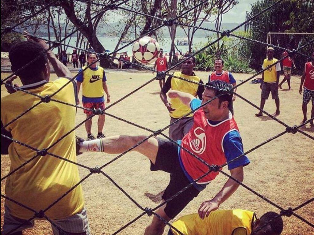 Rindu Anak Papua, Ridwan Kamil Unggah Foto Main Bola Bareng di Pangandaran