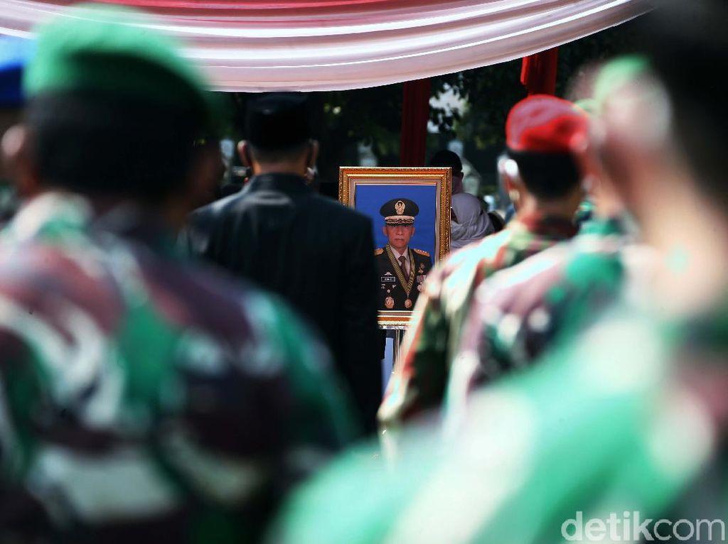 Pramono Edhie Dimakamkan Secara Militer di TMP Kalibata