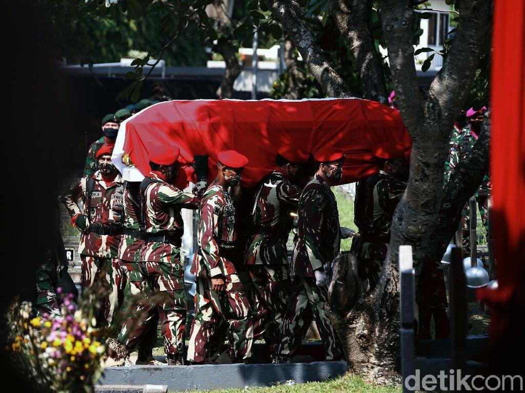 Pramono Edhie Wibowo Dimakamkan Secara Militer