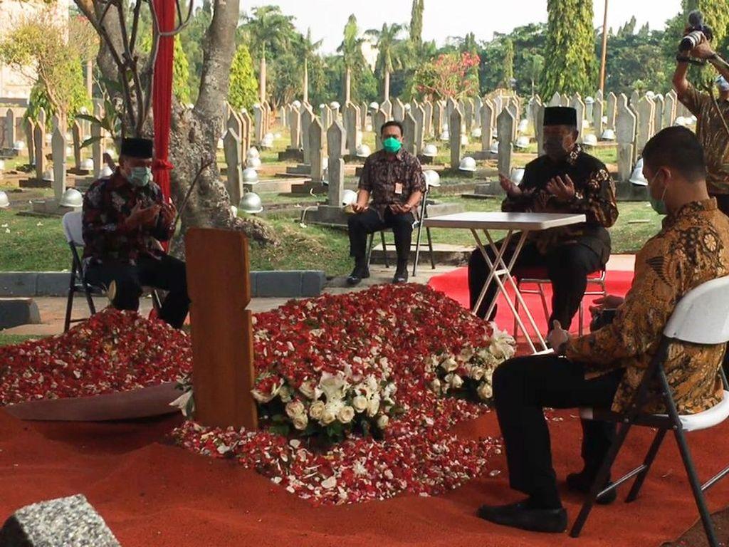 SBY Melayat ke Pusara Pramono Edhie