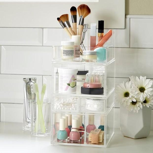 Menyimpan kosmetik di dalam kamar mandi