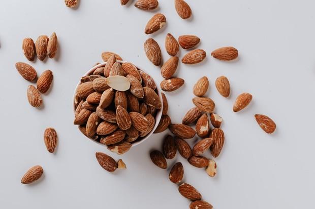Selain serat, kacang almond juga sumber vitamin E yang baik untuk kulit tubuh.