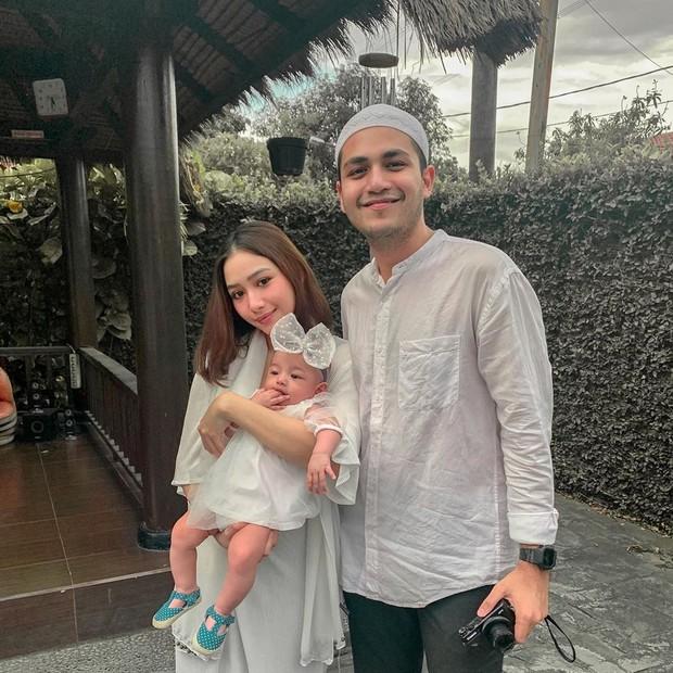Adzana dan Rizky saat merayakan lebaran tahun 2020 bersama dengan anak pertamanya Aleena Kyna Alatas