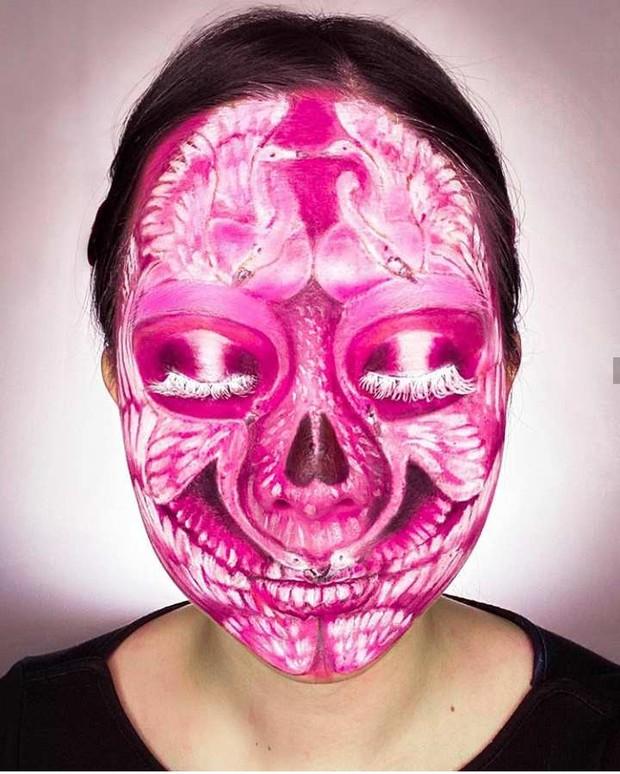 Dokter gigi sekaligus vlogger cantik Astari Budi melukis wajahnya dengan karakter angsa
