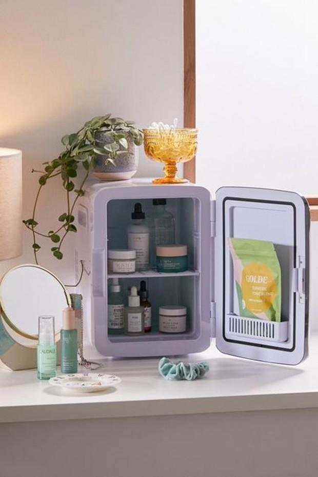 Menyimpan kosmetik dalam kulkas mini
