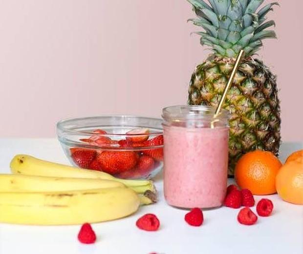 Buah nanas pas dijadikan smoothie bersama dengan apel, strawberry dan buah-buahan lainnya.