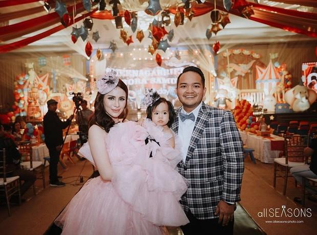 Momo dan Reza bersama anak pertamanya Sheena Gabriella Aurora Samudra merayakan ulang tahunnya anaknya yang ke 1 tahun