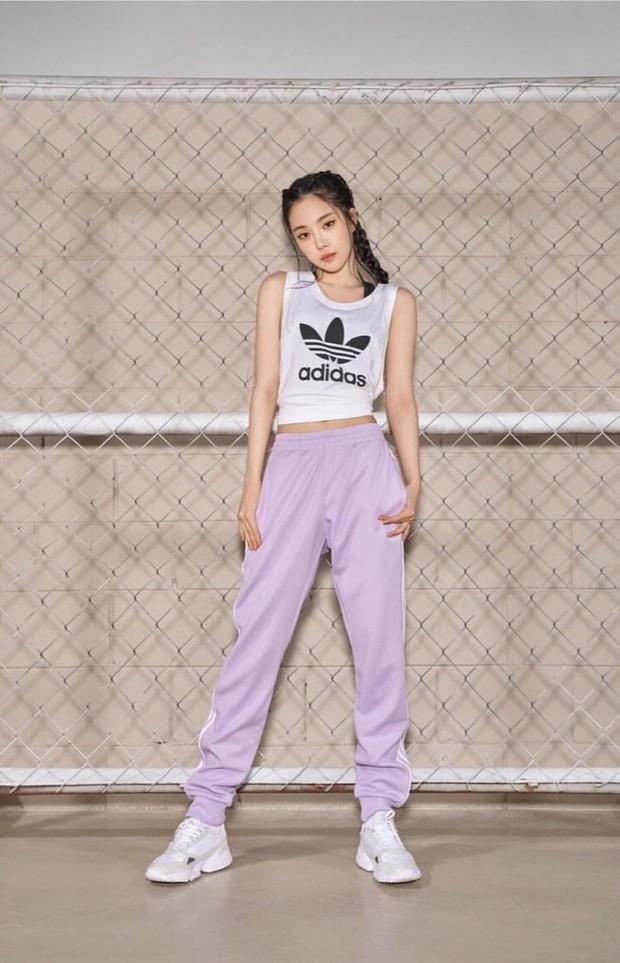 Naen Apink melakukan pemotretan brand Adidas