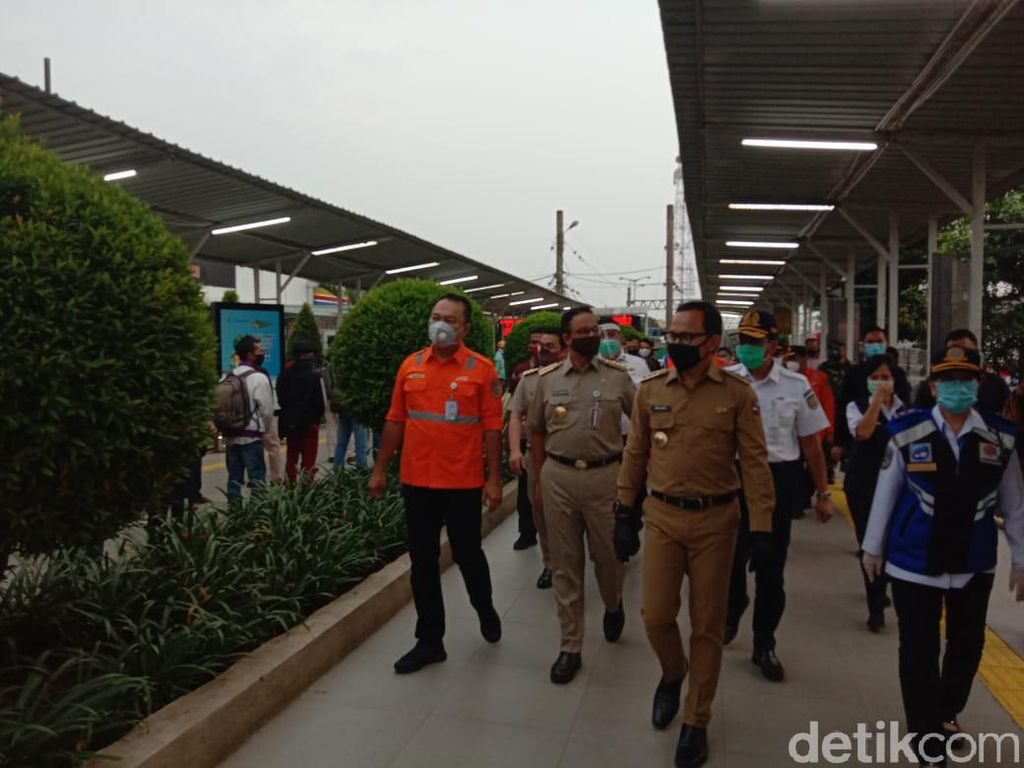 Bima Arya-Anies Baswedan Cek Lonjakan Penumpang di Stasiun Bogor