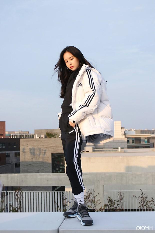 Naen Apink mengenakan outfit Adidas