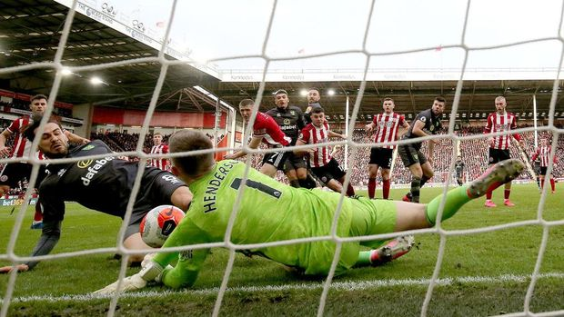 SHEFFIELD, ENGLAND - MARCH 07: Dean Henderson of Sheffield United saves a shot from Mario Vrancic of Norwich City during the Premier League match between Sheffield United and Norwich City at Bramall Lane on March 07, 2020 in Sheffield, United Kingdom. (Photo by Nigel Roddis/Getty Images)