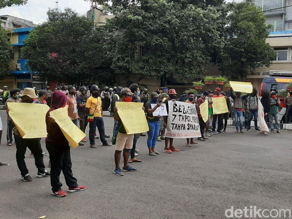 Mahasiswa Papua Blokade Jalan di Malang Minta 7 Tahanan Politik Dibebaskan